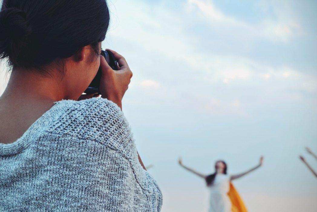 Frau fotografiert Model in Siegerpose